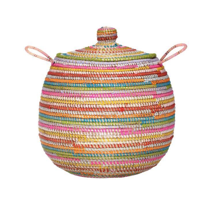 <p>Unser Wäschekorb 'Delbi' wird mit liebevoller Handarbeit und nach alten Traditionen von unserem Partner aus dem Senegal verarbeitet. Aus natürlichem Stroh und mit farbigen Wollbändern verziert, begeistert der Wäschekorb durch sein authentisches und dekoratives Design. Zwei Griffe an den Seiten und ein funktionaler Deckel machen ihn vielseitig einsetzbar.</p> <p>Der Wäschekorb ist 48 x 60 cm groß und Mehrfarbig sowie in Natur/Schwarz, Blau und Orange erhältlich.</p>