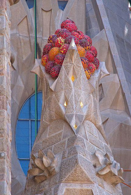 Barcelona - Sagrada Familia Las formas, los bultos, las exuberantes lineas femeninas de su  arquitectura, piedras, azulejos que son pura coquetería femenina.
