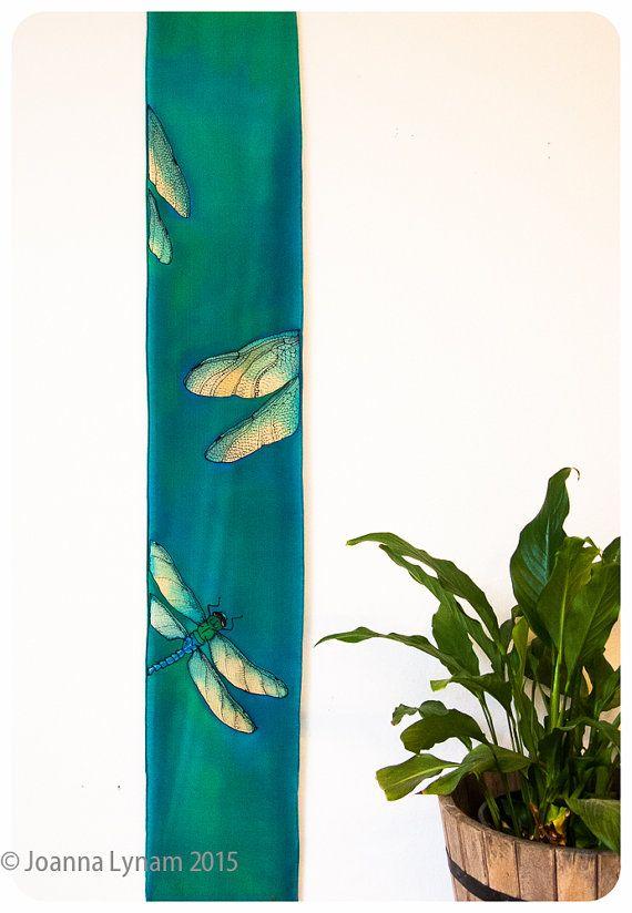 Articoli simili a Arazzo di seta libellula / sciarpe di seta dipinta a mano. Sciarpa di seta di libellula. 8