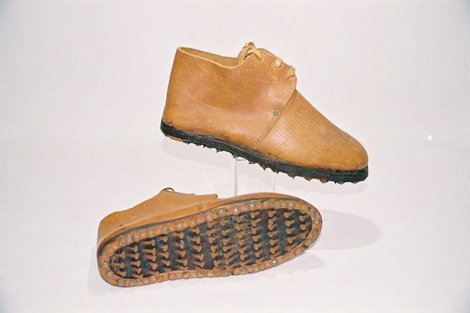 Deze schoenen hebben aan de onderkant schuin ingeslagen nagels. Men droeg deze schoenen om druiven plat te stampen in Frankrijk om er dan wijn van te maken.
