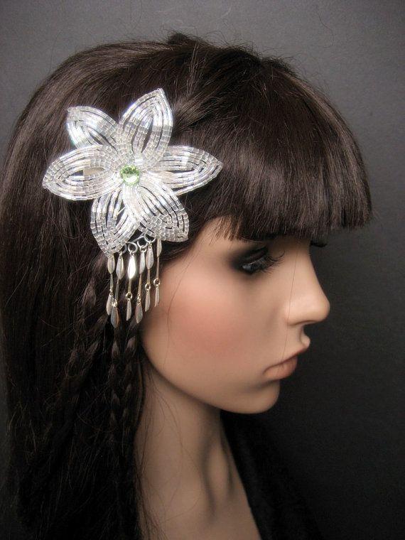 Un francés de cuentas pinza de pelo de flor en cristal claro con recubrimiento de AB y un hermoso cristal de Swarovski en peridot. Acabar con una pequeña cortina de plata pendientes plateados que se balancea con usted.  La flor mide 3,25 pulgadas (8,5 cm) a través y 4,25 pulgadas (10.5 cm) de largo con el cuelga.  Las flores están conectadas a un hardware de su elección. (en la foto con pinza)  Esta pieza es elegante y exótico y fue inspirada por el hermoso kanzashi (ornamentos del pelo)…
