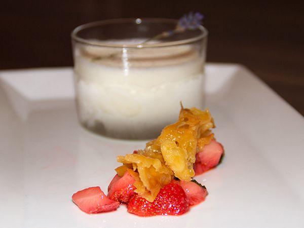 Lavendelglass med flamberade jordgubbar och knäckflarn | Recept.nu