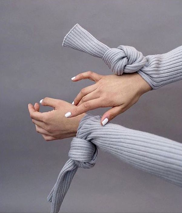 Pour ou contre le noeud de poignet ? (pull Jacquemus - instagram Camille Charrière)