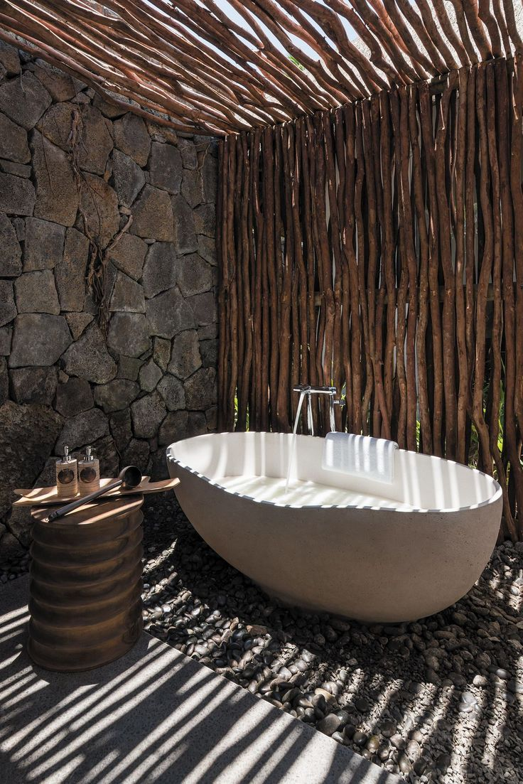Outdoor standalone bathtub