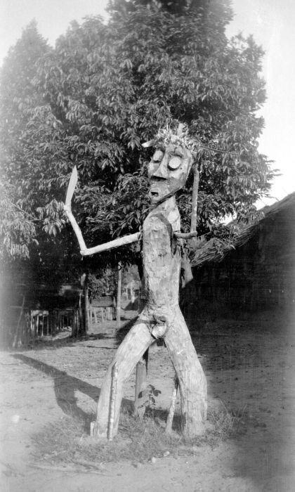 Een houten schrikbeeld bij Longnawan, Borneo. 1920 - 1936