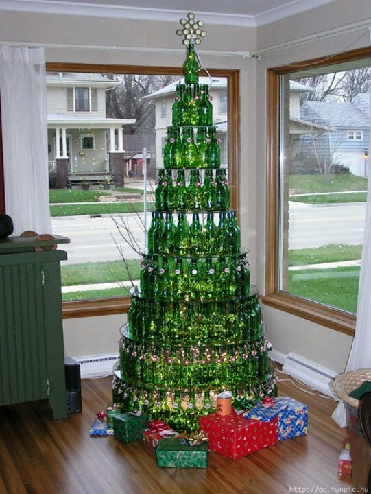 Arbol de navidad con botellas de cerveza