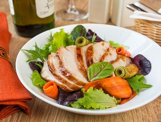 Этот салат имеет явный уклон в сторону Азии - тут вам и кисло-сладкий вкус, и сочетание текстур. Ну и соевый соус, в конце концов  Помимо всего прочего он еще и диетический - куриная грудка и сырые овощи не особо имеют шансы оставить лишние килограммы на чьей-либо попе  Кстати, вместо курицы вы можете использовать [...]