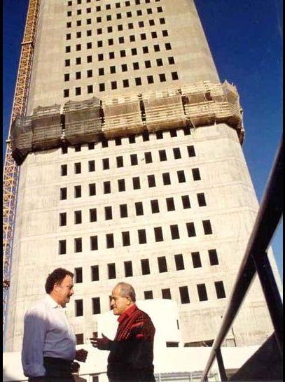 Mersin 1990 lar Metropol ve 52 kat gökdelen inşaatı... Sakıp Sabancı gökdelen hakkında röportaj yaparken...