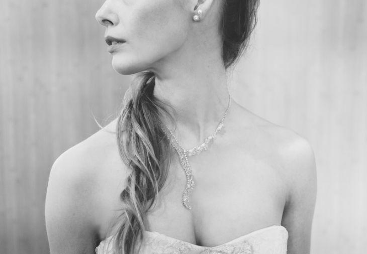 Ist die Kette auffällig, reichen zarte Perlen als Ohrringe.