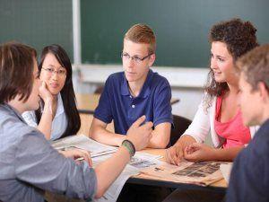 """Das Bildungsprojekt """"FIT FÜR DIE WIRTSCHAFT"""" stärkt das allgemeine Wirtschaftswissen von Schülern. Jugendliche nehmen schon als Schüler aktiv am Wirtschaftsleben teil. Die Tragweite ihrer finanziellen Entscheidungen für die ökonomischen Gesamtzusammenhänge unterschätzen sie jedoch häufig. http://lexikon-bildung.de/bildungsprojekt-staerkt-das-allgemeine-wirtschaftswissen-von-schuelern/"""