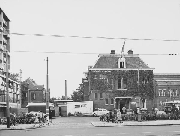 1960's. View on the police station at the Linnaeusstraat in Amsterdam. On the right a part of the Sportfondsenbad at the Fronenstraat. Photo Stadsarchief Amsterdam. #amsterdam #1960 #Linnaeusstraat