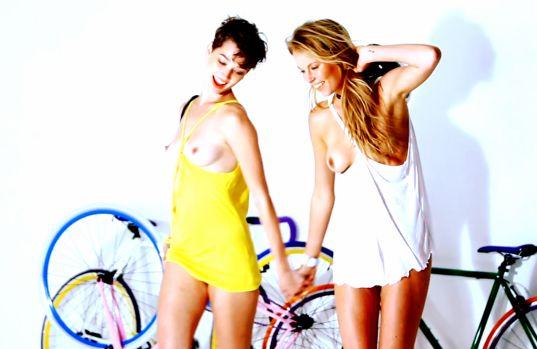фото девушки на велосипедах голые