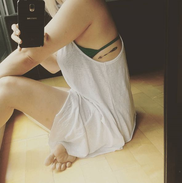 tatouage discret flèche côtes