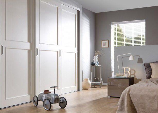 Inbouwkast slaapkamer met mooie aluminium jaloezieen | Rolgordijnwinkel.nl | Vraag gratis kleurstalen aan