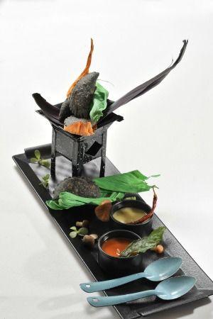 Quesadillas oscuras de cuitlacoche con queso de cabra y piñones al estilo de Martha Ortiz.