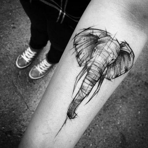 Um elefante com tinta em um estilo que lembra um esboço é retratado o portador do antebraço em preto e cinza, tinta essa tatuagem.