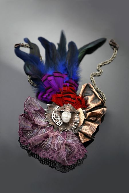 Karnawał w Wenecji - naszyjnik z miedzi, porcelany, naturalnych piór i tkaniny. | Sztuk Kilka|  Carnival of Venice - a necklace made of copper, porcelain, natural feathers and fabric.