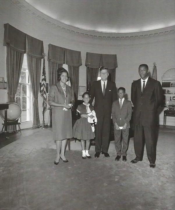 1963. 21 Juin. By Cecil W. STOUGHTON. Ceux de Medgar Evers. President John F. Kennedy (center) visits with Myrlie Evers (far left), widow of civil rights leader, Medgar Evers. Also pictured: Reena and Darrell Evers, children of Medgar and Myrlie; Charles Evers (far right), brother of Medgar. An unidentified man stands in back at right. Oval Office, White House, Washington, D.C.