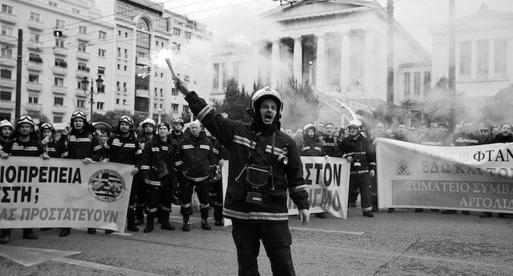 Yunanistan'da sözleşmeleri uzatılmayan itfaiyeciler bakanlık binasını işgal etti