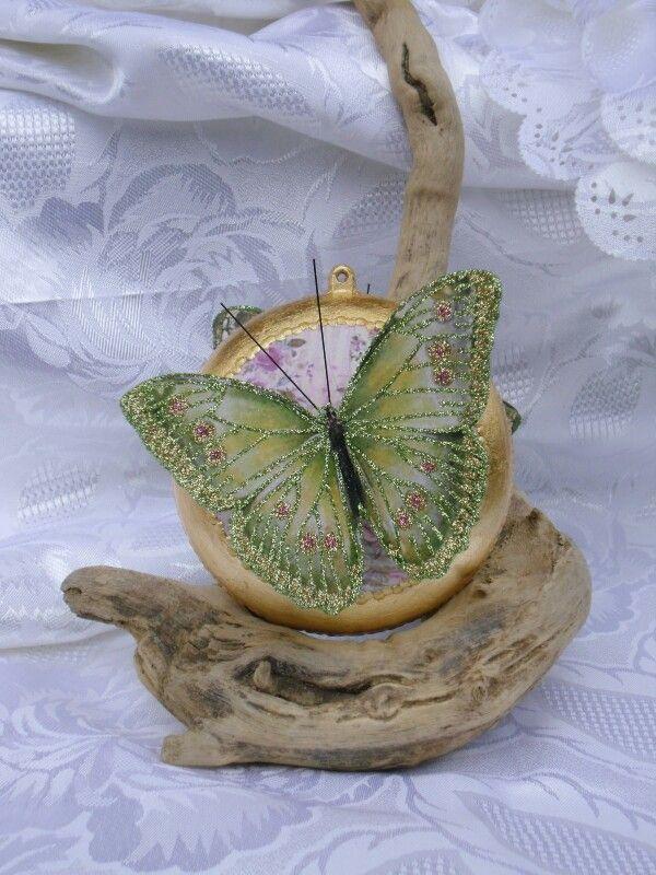 Med. Con farfalla grande verde