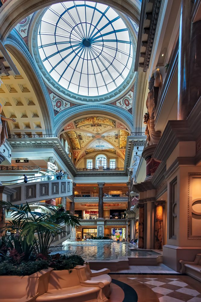 El interior del #ForumShoppingMall, un sitio para recorrerlo hasta el hartazgo. Las mejores posibilidades de compras en #LasVegas.  http://www.bestday.com.mx/Las-Vegas-area-Nevada/Atracciones/