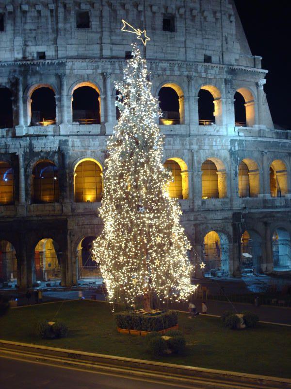 Alcuni scatti fotografici del Colosseo di Roma, durante il periodo natalizio: Auguri di Natale dal Colosseo.