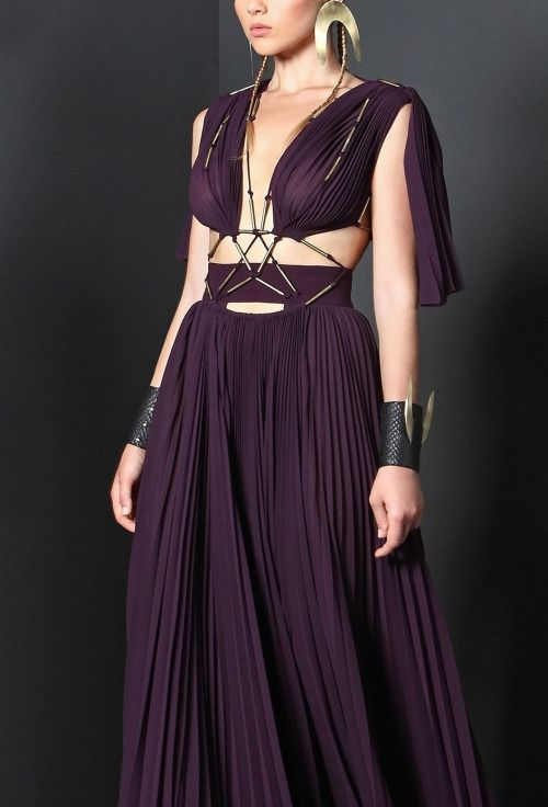What Daenerys would wear, Basil Soda They dressed her in the wisps that Magister Illyrio had sent up, and then the gown, a deep plum silk to bring out the violet in her eyes. The girl slid the gilded sandals into her feet, while the old woman fixed...