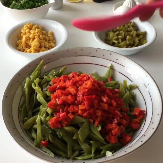Fasulye Salatası Tarifi için Malzemeler    500-600 gram çalı fasulye   1 kase mısır   1 kase kornişon turşu   1 bağ taze soğan   1 tutam dereotu   1 tutam maydanoz   1 kase konserve