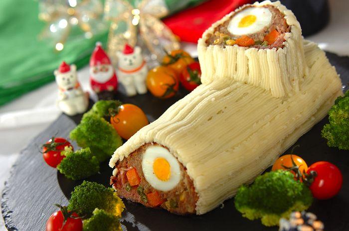 フランスのクリスマスの定番菓子「ブッシュドノエル」を、ミートローフとマッシュポテトで作ります。ボリューミーで食べ応え十分!