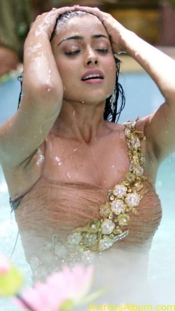 shriya-saran-hot-wet-Bath-pics