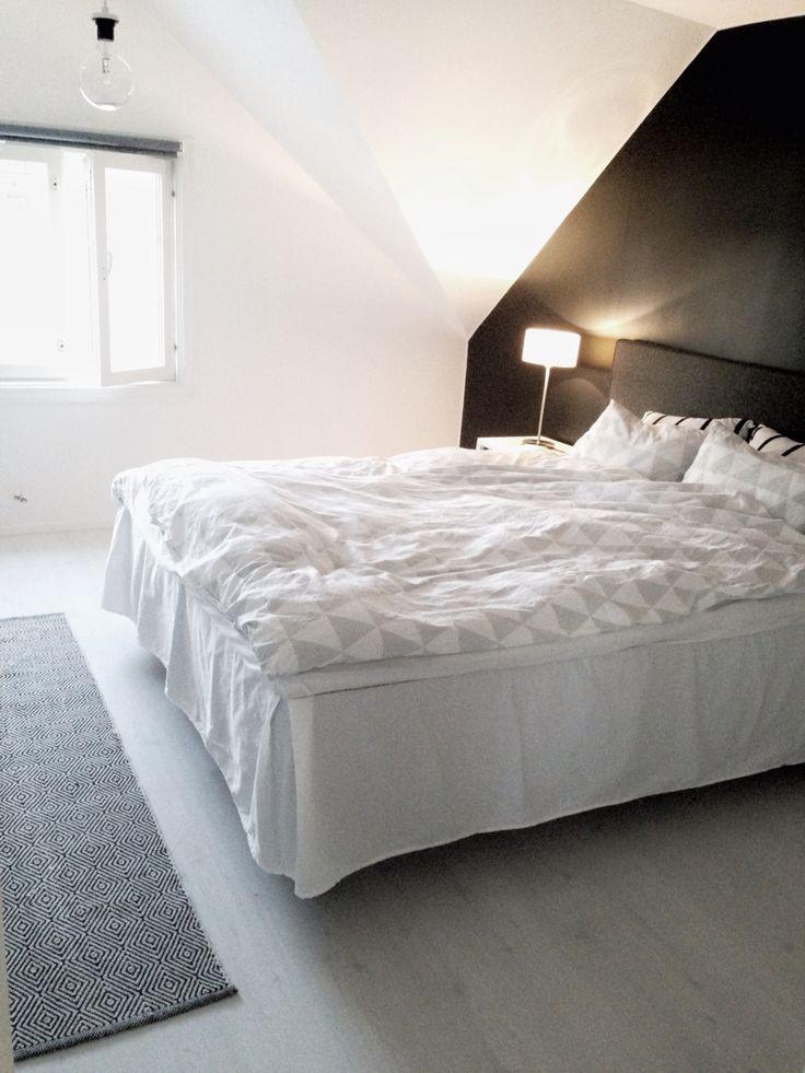Sovrum. Svart fondvägg och ljust golv