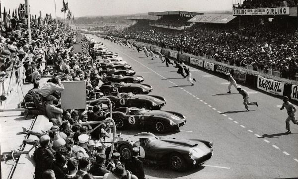 LM 1955 ♦ The start has just been given (4 pm). Notice how narrow the start-finish straight is.