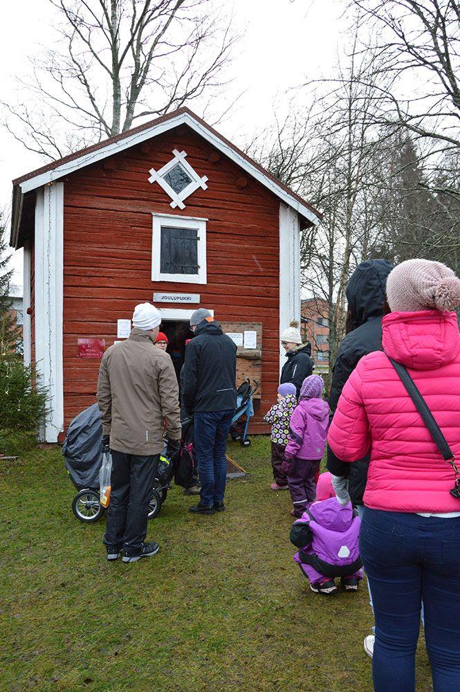 Joulupukin aittaan on pitkä jono. Lapset haluavat kertoa pukille lahjatoiveensa.  Lisäksi markkinoilla voi ottaa joulukorttikuvan komean joulupukin kanssa vanhassa aitassa. Luuppi, Oulu (Finland)