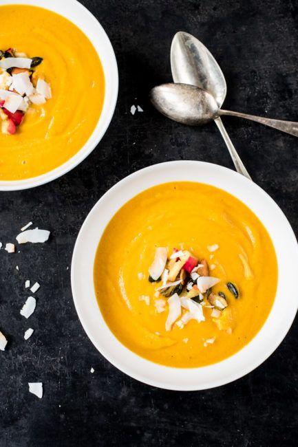 Kokos-Curry-Suppe mit Karotten und Kürbis Weihnachtsmenü | Vorspeise      Entspannt soll es Weihnachten zugehen. Auch, was die Küche angeht. Hausgemacht, lecker, gern auch saisonal und natürlich so, d