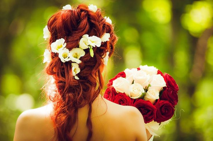 A floral crown is such a gorgeous alternative to the traditional veil. Isn't this a stunning appearance? As it complements the bouquet so beautifully.  #ravenluxuryevents #floralcrown #wedding #weddingflowers  Photo Source: https://pixabay.com/en/instagram-cohesion-wedding-flowers-1355473/