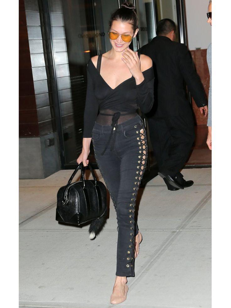 Coole Jeans, cooles Girl: Bella Hadid in einem schwarzen Look mit geschnürter…