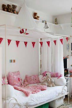 Pokój dla dziewczynki z łóżkiem z baldachimem