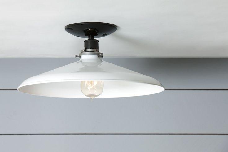 Deze Custom Made te volgorde wit metaal schaduw Mount plafondlamp wordt geleverd met  -Zwarte of witte keramische Socket (250 v Max) -Zwart of wit plafond van de luifel -White Metal Shade met glazuur afwerking -UL Listed  Afmetingen- Over alle grootte-ongeveer 5.5 in hoog X 14 in Wide Plafond Canopy - 5 in breed met universele Mount Schaduw - 14 in breed X 3.5 in hoog  Gewaardeerd voor 60 watt Max.  Elektrische lood draden en Socket werkt overal in de wereld.  Lampen zijn 120 volt, ons…