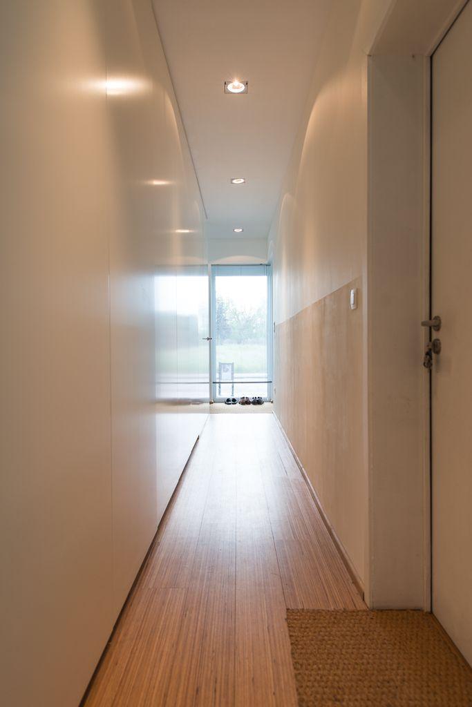 De inkom met meubelwerk ontworpen door stam architecten, foto Ian Segal, 1110RAES stam.be