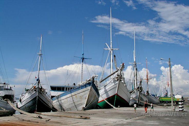 Perahu, původní dřevěné lodě námořníků Bugisů v Makkasaru