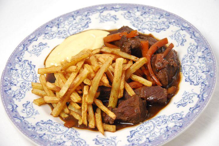 Carbonades à la flamande, stoverij of stoofvlees met frieten is één van ons bekendste klassiekers. Sofie geeft je het perfecte recept voor het stoofvlees en voor zelfgemaakte mayonaise.