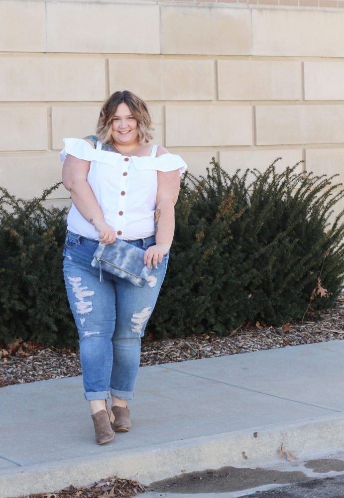 Fashion Blogger Spotlight:  Corissa of Fat Girl Flow http://thecurvyfashionista.com/2017/03/plus-size-blogger-fat-girl-flow/   Looking for more plus size fashion and style inspiration? Today, we head to Kansas to shine a light on Corissa of Fat Girl Flow! She in unapologetic about her curves and style and is a plus size blogger that you should get to know!