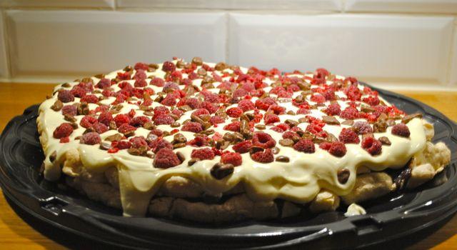 Rispufftårta med choklad, vaniljvisp, daim och hallon - mytaste.se/camilla.brandstrom