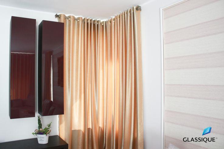 Încă o utilizare a sticlei - pentru mobilierul de interior! Aici, un dulap cu uși placate cu sticlă.