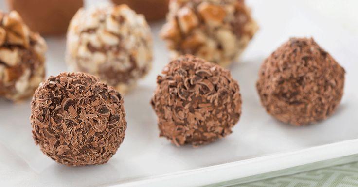 Tout le monde aime les truffes maison. Ces truffes suisses classiques au chocolat au lait remportent toujours un franc succès. #LesFêtesLindt