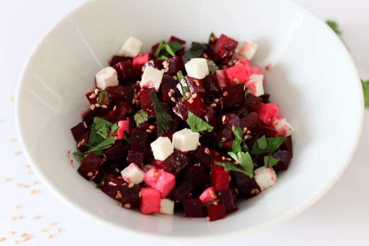 Gesundes Essen heißt nicht, dass man unbedingt auf leckeres Essen verzichten muss. Mein Rote Bete-Feta Salat mit Koriander und Sesam ist ein Fitmacher!