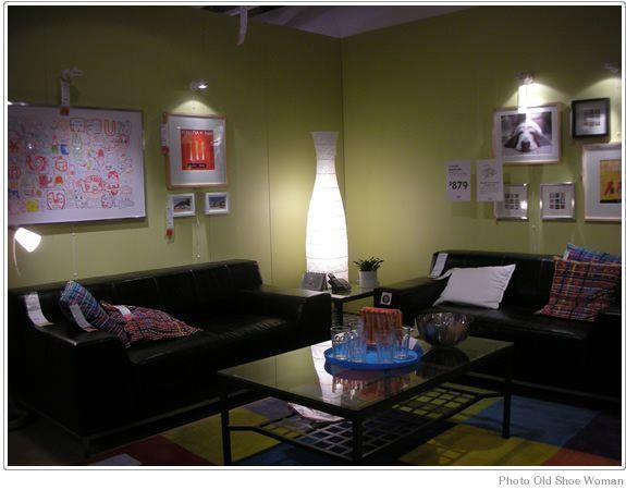 IKEAのディスプレイに見るシックなリビングルームこちらもアトランタのIKEAのショールーム。 ちょっとアートワークがミスマッチしてる感じがしますが、ブラック、グリーンでまとまっていてシックなイメージ。 グリーンの壁が照明で照らされているのでかなり柔らかいイメージが出てますね。 少し和室にも通じる感覚だと思います。