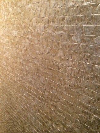 Parelmoer of goud op de muur - kurk op papier - vezel met metaal Architectuur.nl
