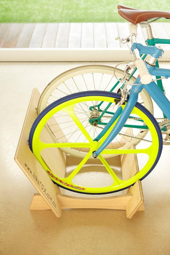 Bicicleta soporte para hasta 2 bicicletas de adulto, se adapta para bicicleta de carretera a través de Mt bicicleta 29er Tiene capacidad para hasta 2 niños/BMX convertidor Kits que pueden añadirse para bicicletas más pequeñas. Para más información, vea Kit de convertidor de cabrito/BMX. Hemos creado nuestra Bikerax para el diseño consciente. No sólo tiene sus bicicletas pero se ve como una pieza de mobiliario contemporáneo que debe estar dentro, no escondido en el garaje o escondi...