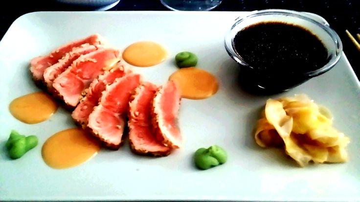 En av våra absoluta favoriträtter. Alltkan tillagas lång tid i förväg: Förutom ingredienserna här nedan behöver du wasabi, inlagd ingefära, färsk koriander och rättika. Börja med laxen: 2 port 300…
